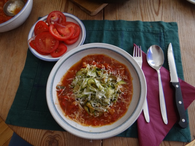 Zucchini Zoodles,Tomatensauce,Tomatensalat,vegetarisch (2)