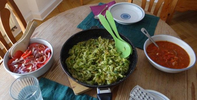 Zucchini Zoodles,Tomatensauce,Tomatensalat,vegetarisch (4)