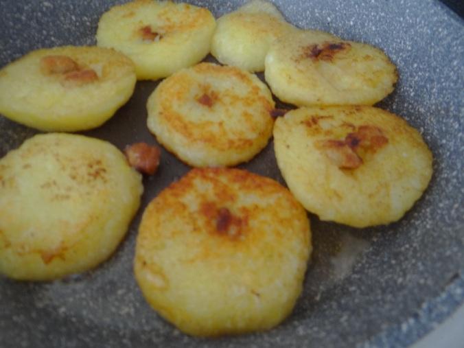 Gebratene Kloßscheiben mit Tomatensauce,Salate (14)