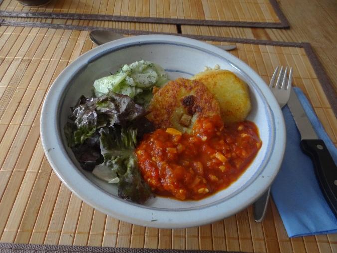 Gebratene Kloßscheiben mit Tomatensauce,Salate (20)