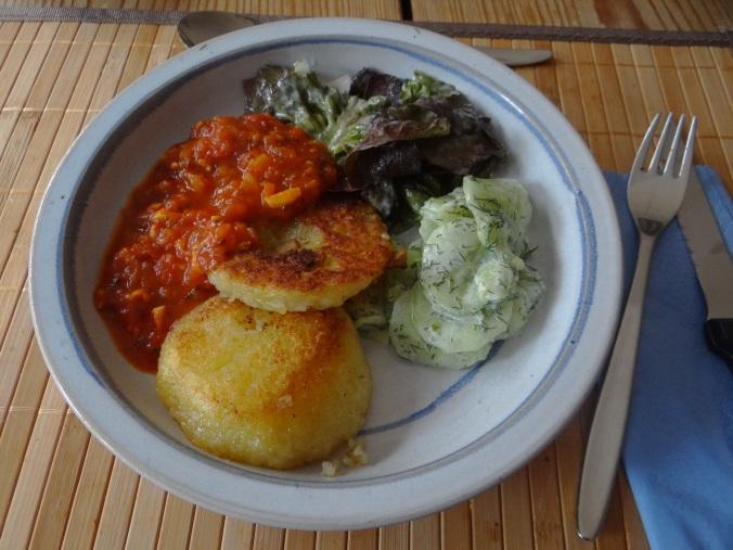 Gebratene Kloßscheiben mit Tomatensauce,Salate (21)