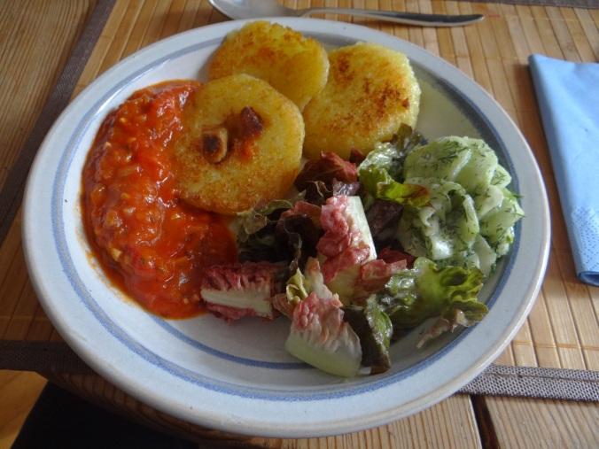 Gebratene Kloßscheiben mit Tomatensauce,Salate (22)
