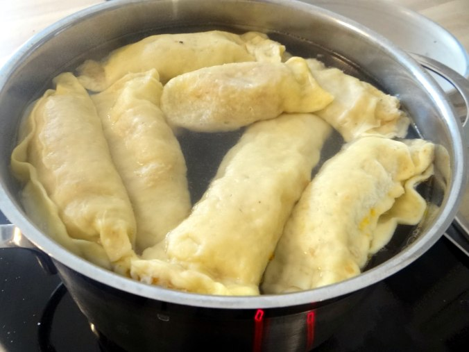 Wickelklöße,Petersiliensoße,Gurkensalat,Joghurtspeise (16)