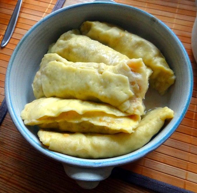Wickelklöße,Petersiliensoße,Gurkensalat,Joghurtspeise (18)