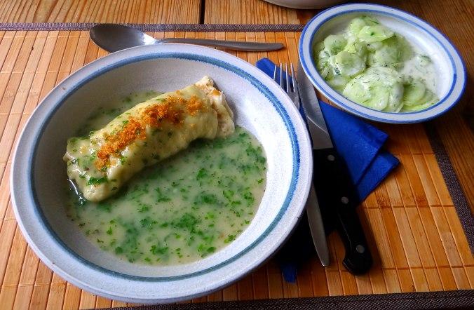Wickelklöße,Petersiliensoße,Gurkensalat,Joghurtspeise (29)