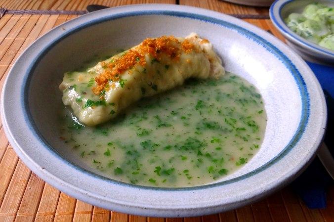 Wickelklöße,Petersiliensoße,Gurkensalat,Joghurtspeise (3)