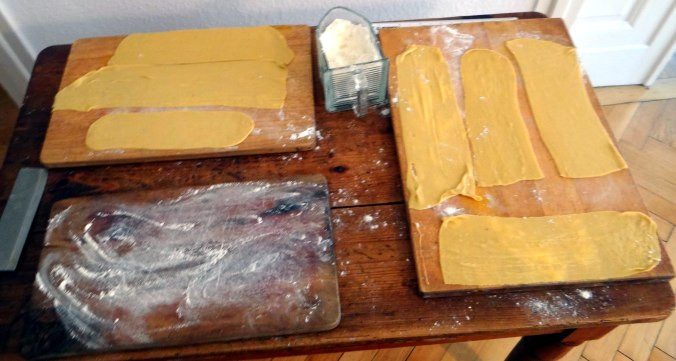 Wickelklöße,Petersiliensoße,Gurkensalat,Joghurtspeise (9)