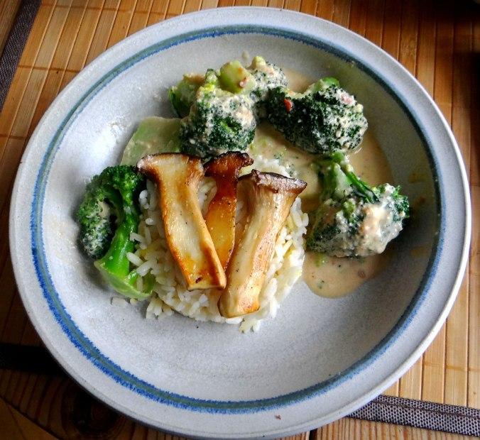 Brokkoli,Erdnußsauce,Kräutersaitlinge (2)