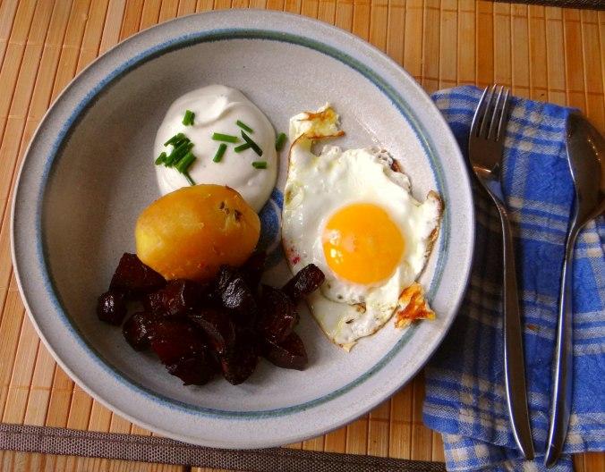 Rote Beete Gemüse,Spiegelei,Joghurtdip (2)