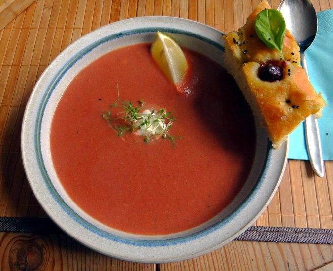 Schwarze Karottensuppe und Focaccia (1)