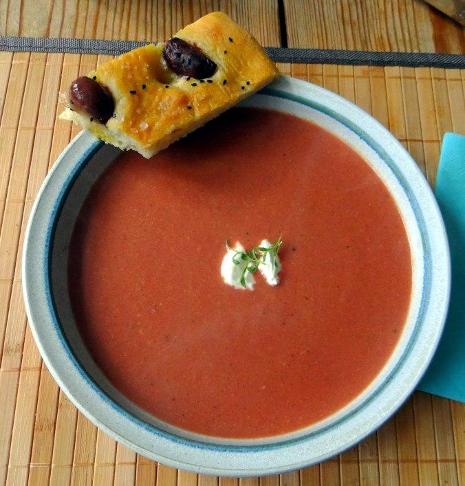 Schwarze Karottensuppe und Focaccia (2)
