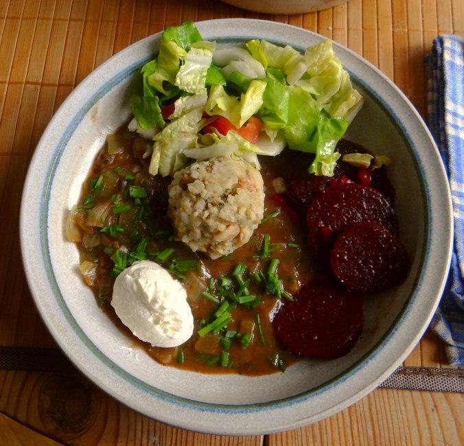 Zwiebelsauce,Speckknödel,Rote Beete Salat (1)