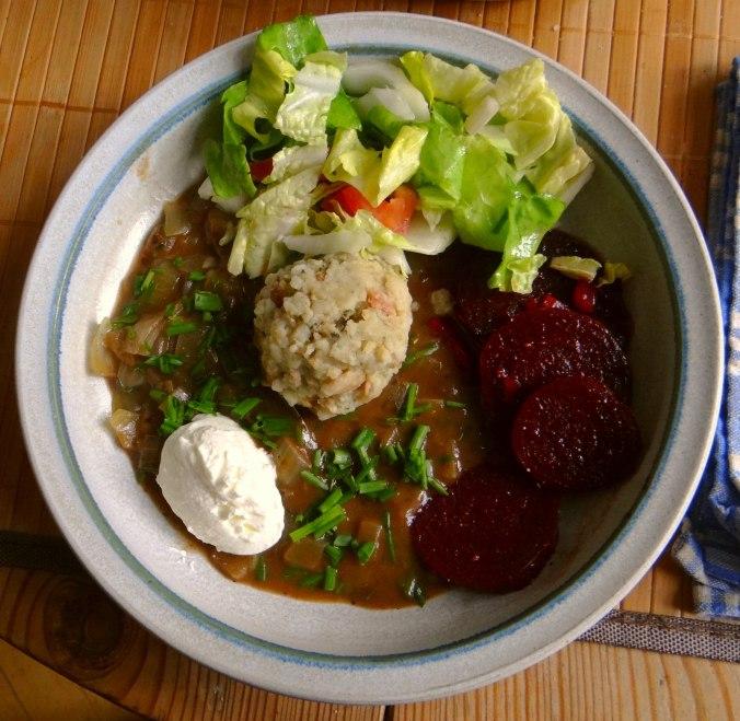 Zwiebelsauce,Speckknödel,Rote Beete Salat (15)
