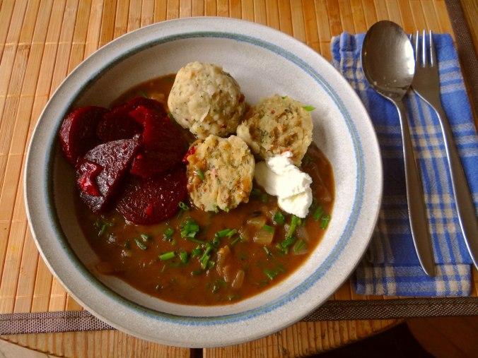 Zwiebelsauce,Speckknödel,Rote Beete Salat (2)