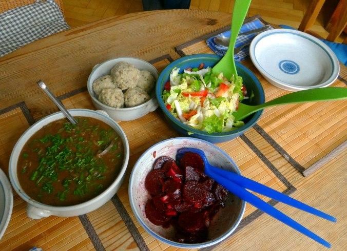 Zwiebelsauce,Speckknödel,Rote Beete Salat (4)