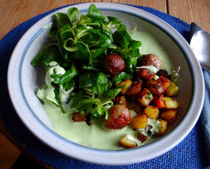 Rohgebratene Kartoffeln,Hackbällchen,Dip,Feldsalat (1)