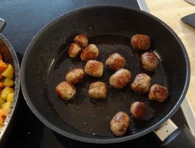 Rohgebratene Kartoffeln,Hackbällchen,Dip,Feldsalat (11)