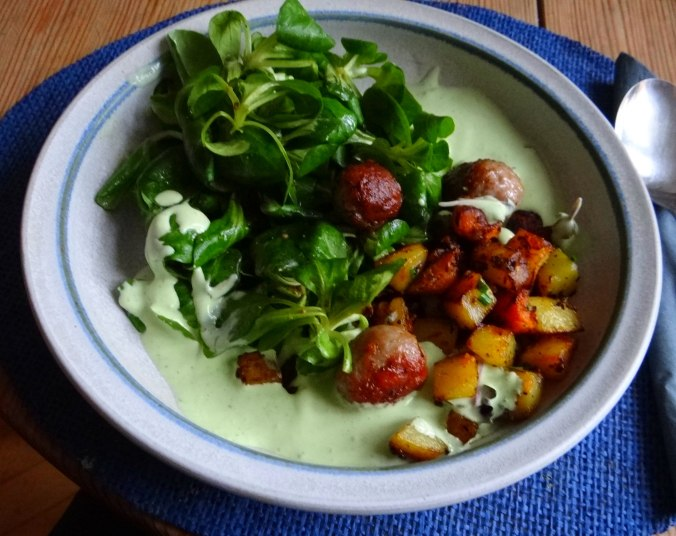 Rohgebratene Kartoffeln,Hackbällchen,Dip,Feldsalat (15)