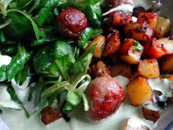 Rohgebratene Kartoffeln,Hackbällchen,Dip,Feldsalat (16)