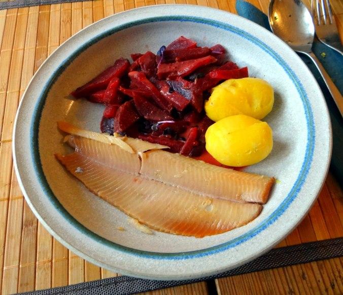 Rote Beete Gemüse,Geräucherte Forelle,Kartoffeln,Obstsalat (2)
