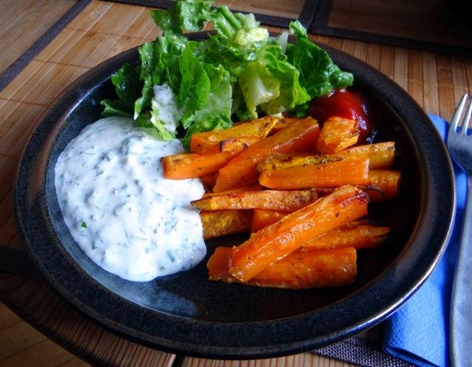 Süßkartoffel Pommes,Dip,Salat (1)