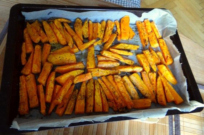 Süßkartoffel Pommes,Dip,Salat (13)