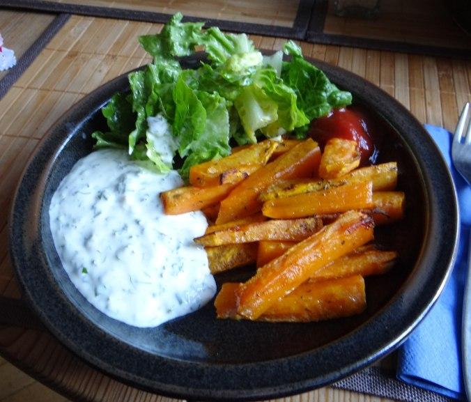 Süßkartoffel Pommes,Dip,Salat (14)
