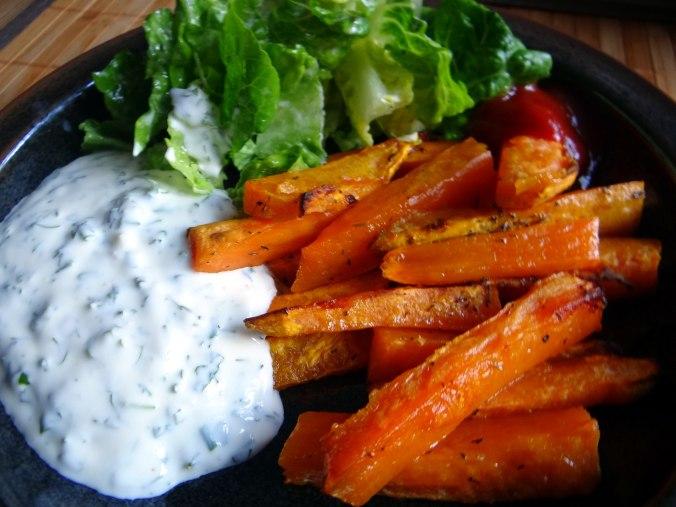 Süßkartoffel Pommes,Dip,Salat (16)