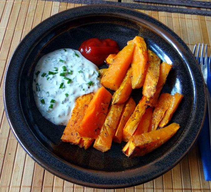Süßkartoffel Pommes,Dip,Salat (2)