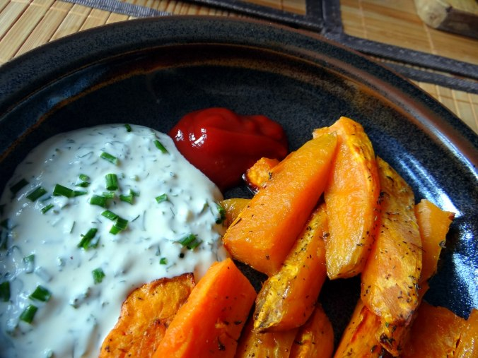 Süßkartoffel Pommes,Dip,Salat (3)