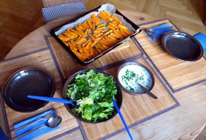 Süßkartoffel Pommes,Dip,Salat (4)