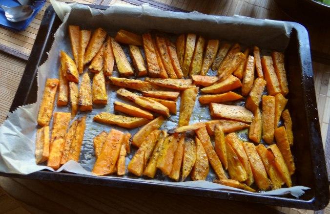 Süßkartoffel Pommes,Dip,Salat (5)