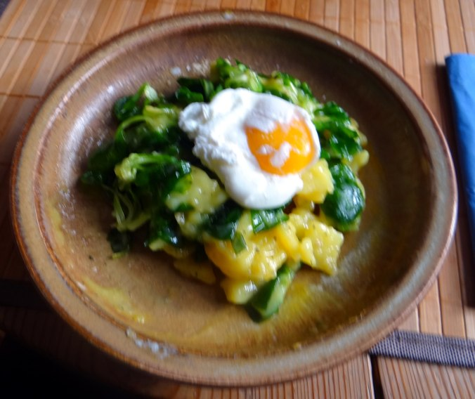 Schlotziger Kartoffelsalat,poschierte Eier,Quarkspeise (13)