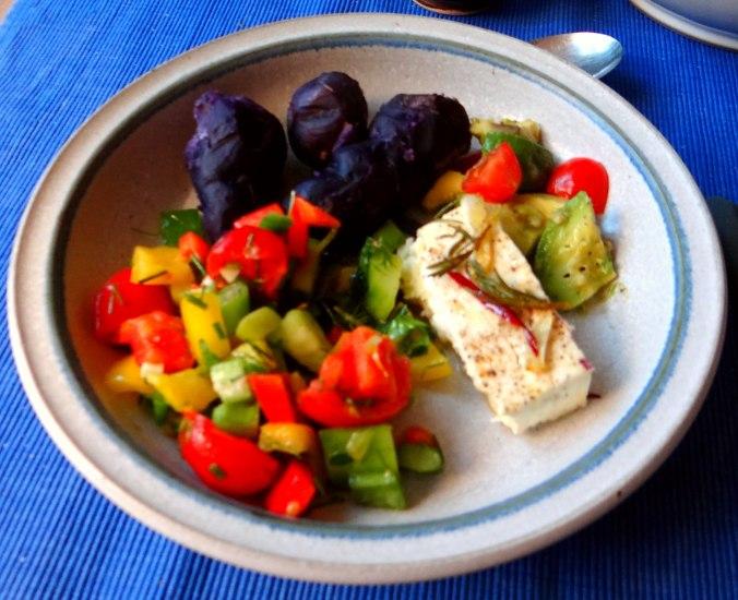 Salat,Schafskäse,blaue Kartoffel (10)