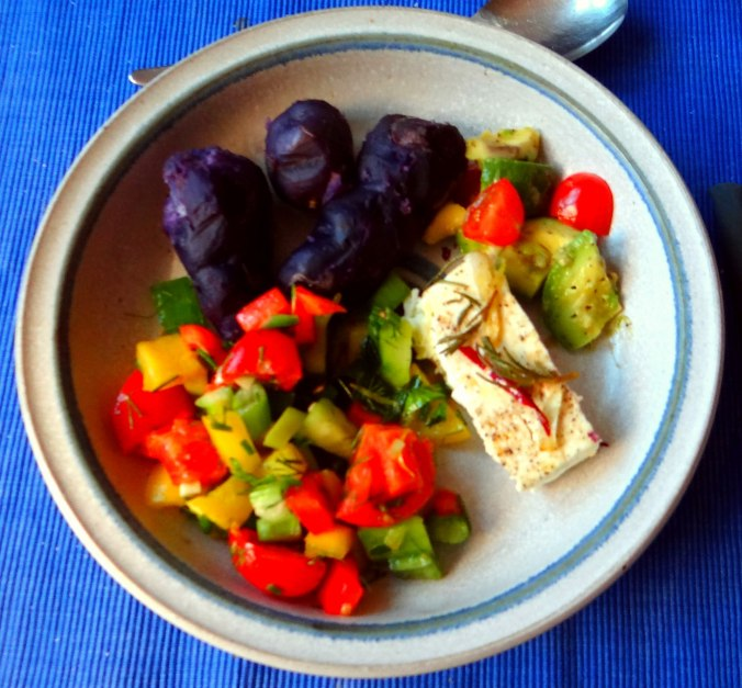 Salat,Schafskäse,blaue Kartoffel (2)